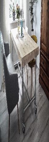 Tafel van steigerhout en steigerbuis.