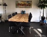 Tafel van steigerhout en staal.